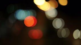 Boken a brouillé des couleurs, beau, lumineux résumé Un mélange de belles couleurs Suivez le feu la nuit Et la tache floue du pic banque de vidéos