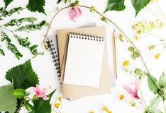 Boken för anmärkningen för lägenheten för den bästa sikten blommar den lekmanna- tomma med den sommarsidor och tusenskönan modell Royaltyfri Fotografi