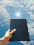 boken ger handen royaltyfri bild
