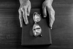 Boken i händer royaltyfria foton
