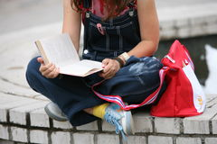 boken läser deltagaren Arkivfoto