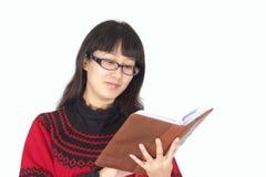 boken läser kvinnabarn Arkivfoton