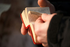 Boken ordboken i händer arkivbild