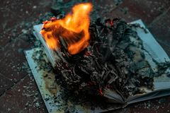 Boken ?r p? brand arkivbild