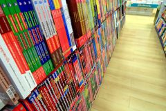 Boken shoppar det mycket av boken i många färg Royaltyfria Foton
