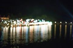 Bokeo dalla luce della costruzione alla bella città del fiume di notte fotografia stock libera da diritti