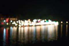 Bokeo dalla luce della costruzione alla bella città del fiume di notte immagine stock