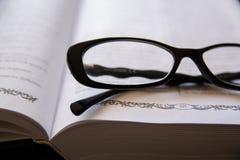 bokexponeringsglas öppnar Arkivfoto