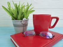 Bokexponeringsglas lägger in inre tappning för färgväxtkoppen kaffe på tabellträbegrepp Arkivfoton