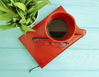 Bokexponeringsglas lägger in med gräskopp kaffetappning på tabellträbegrepp Royaltyfri Fotografi