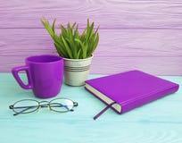 Bokexponeringsglas lägger in med gräskoppen kaffe på tabellträbegrepp Royaltyfria Bilder