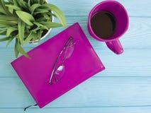 Bokexponeringsglas lägger in med inre tappning för växtkoppen kaffe på tabellträbegrepp Arkivbild