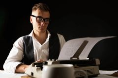 Bokförfattare Using Typewriter royaltyfri foto