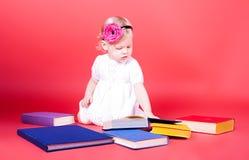 bokflicka little avläsning Royaltyfri Foto