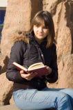 bokflickan läser Royaltyfri Fotografi