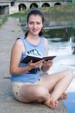 bokflickan läser Royaltyfria Foton