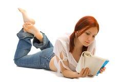 bokflickan läser deltagaren Royaltyfri Fotografi