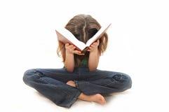 bokflickan läser tonåringbarn royaltyfria foton