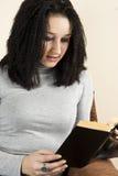 bokflickan läste barn Royaltyfri Foto