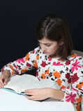 bokflickan little läser Royaltyfri Fotografi