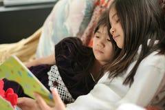 bokflickor som läser två Royaltyfri Foto