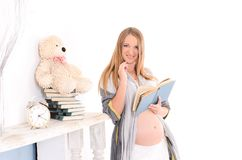 bokgravid kvinna arkivfoto