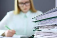 Bokhållare eller finansiell inspektördananderapport som beräknar eller kontrollerar jämvikt Limbindningar med legitimationshandli Arkivfoto