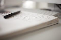 bokhögskolawriting Arkivfoto