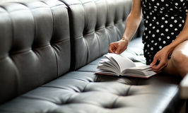 bokhänder öppnade s-kvinnabarn Fotografering för Bildbyråer