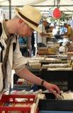 bokhand som second ser stallen för man royaltyfri foto