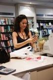 bokhandelkvinna royaltyfri bild