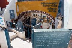 Bokhandeln Atlantis bokar i byn av Oia, Santorini Royaltyfria Foton