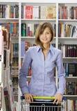 bokhandeln shoppar kvinnan Royaltyfri Bild