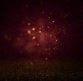 抽象黑暗的bokhe点燃背景,紫色,黑和微妙的金子 defocused的背景 免版税库存照片