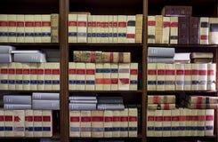 Bokhyllaöverflöd av gamla lagliga böcker Arkivfoton