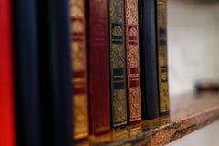 Bokhylla i islamiskt arkiv på moskén arkivbilder