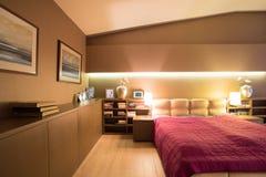 Bokhylla i lyxigt sovrum arkivbild