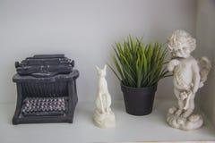 Bokhylla med handgjorda dockor Arkivfoton