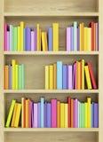Bokhylla med mångfärgade böcker Arkivfoton