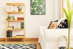 Bokhylla och soffa i rum royaltyfria bilder