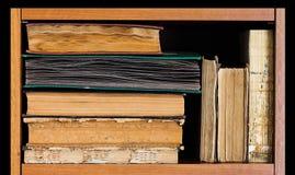 Bokhylla på tillbaka bakgrund Tappningboksamling, antikvitet texturerade räkningar träåldrig ram Arkivinre, Arkivbilder