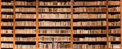 bokhyllan books gammalt trä Royaltyfria Foton