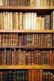 Bokhyllor inom en bokhandel, antika böcker, arkiv royaltyfri foto