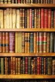 Bokhyllor inom en bokhandel, antika böcker, arkiv royaltyfri fotografi