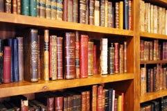 Bokhyllor inom en bokhandel, antika böcker, arkiv arkivbilder