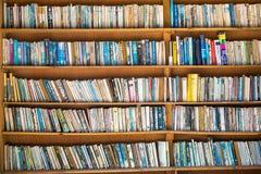 Bokhyllor på gatamarknad in i begagnad bok shoppar Royaltyfri Bild