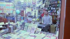Boklager och att shoppa assistenten i Tanger stock video