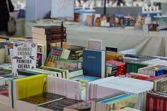 Bokmarknad i en portugisisk loppmarknad royaltyfri foto