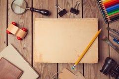 Bokomslagåtlöje upp för konstverk eller logodesignpresentation ovanför sikt Arkivfoton