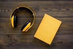 Bokonline-begrepp, audiobooks Spendera leasuretidläsning och lyssnande musik Hörlurar nära inbunden bokboken med Royaltyfri Foto